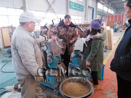 云南客户正在看吉姆克技术人员操作饲料颗粒机